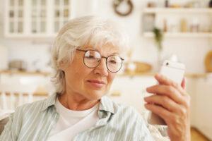 Jak technologie pomagają w opiece nad starszymi członkami rodzin?