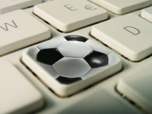 Piłka jest okrągła, bramki są dwie a czy wynik ustali technologia?